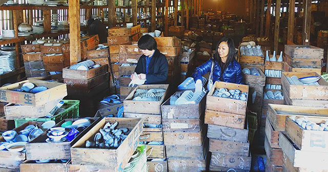 treasure-hunting-porcelain-warehouse-kouraku-kiln-japan-thumb640